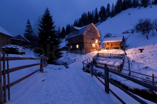 3269941-498681-evening-in-mountains-village-house-in-the-ukrainian-carpathians