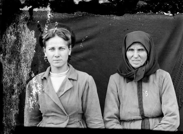 Acsinte două femei